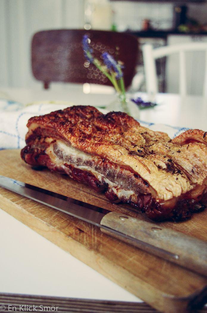 …föreslår jag att man äter fettrikt kött, som fläsksida och karré från grisen, högrev och bringa till exempel. Man blir mätt på mindre mängd protein om man jämför med kycklingbröst exempelvis som är väldigt magert. Sen är det ju gott också! Här har vi ribbestek, alltstå revbensspjäll med svål, som har tillagats i fyra timmarRead more