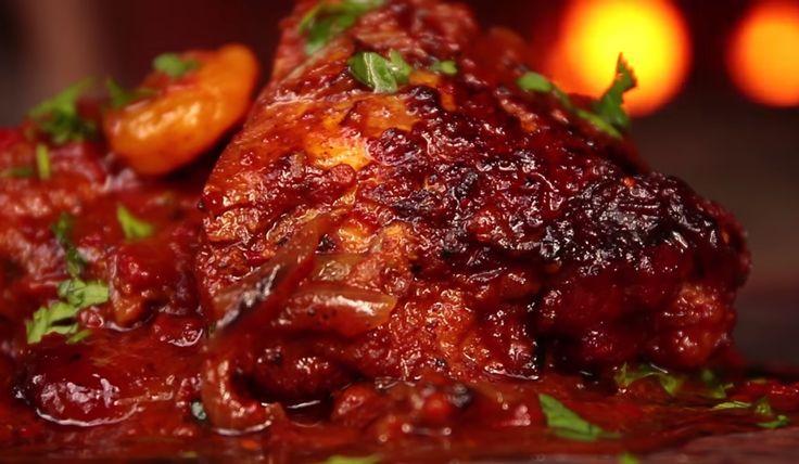 Bucura-te de savoarea unui preparat din orientul mijlociu pregatind cina dupa aceasta reteta de pui marocan. Combinatia de condimente si fructe uscate dau aroma bogata puiului si metoda de preparare il face fraged si suculent.
