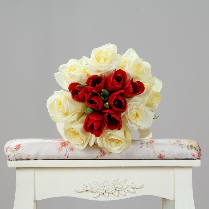 https://www.orasulflorilor.ro/buchete-flori/candoare-cu-pasiune-buchet-mixt-de-9-trandafiri-albi-si-8-lalele-rosii/