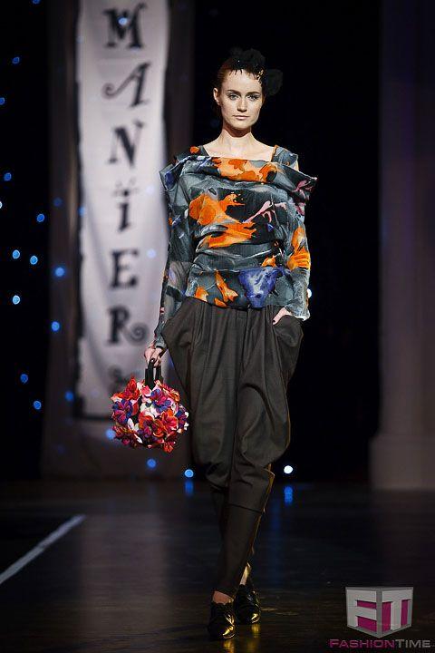 """Virág gömb táska Talán ezt szeretem a legjobban az összes közül :) Egy Ady Vers ihlette: """"Fekete virágot láttál, Különös volt, tehát letépted, Bocsásson meg neked a ledér Isten Hogyha ez vétek."""" Gere Márti - Ejha! Táska a Mainer Haute Couture Szalon bemutatóján az Iparművészeti Múzeumban. FashionTime - Fotógaléria - Manier - Let's misbehave"""