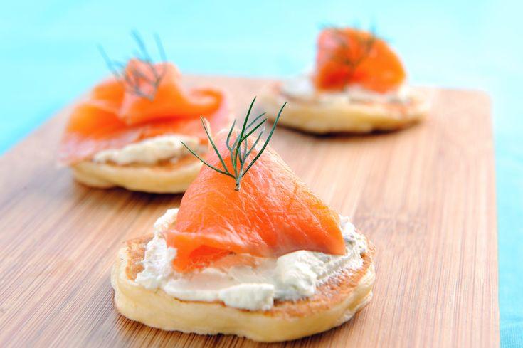 Préparation: 1. Étalez les tranches de saumon et coupez-les en deux dans le sens de la longueur.Repliez chaque bande en deux dans la longueur, puis roulez la bande sur elle-même.Posez-les à la ve…