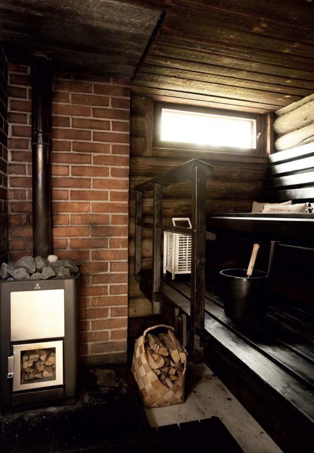 Saunaan on tehty vain pintaremontti. Asukkaat maalasivat saunan ja käsittelivät alkuperäiset 60-luvun lauteet mustalla saunasuojalla. | Suojaisan pihan syleilyssä | Koti ja keittiö