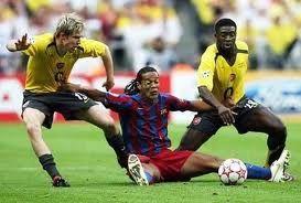 В 1999 итальянский футбольный клуб «Фиорентина» продавала в своих фирменных магазинах банки с воздухом. В коллекцию входили «Дух трибун», «Эссенция победы» и «Атмосфера раздевалки».