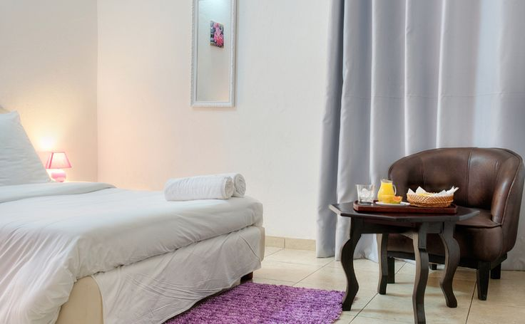 Chambre  Violette 40.000cfa-61euros #HotelRoom #ResidenceYeli #CoteDIvoire #IvoryCoast  Cocody Attoban Rue Principale -Lot 1520- Ilot 20 - Abidjan - Côte D'ivoire Mobile: +225 08386216 Téléphone: + 225 22433249 | Email: info@residenceyeli.net www.residenceyeli.net #residenceabidjan #Abidjanhotel #HOTELYELI