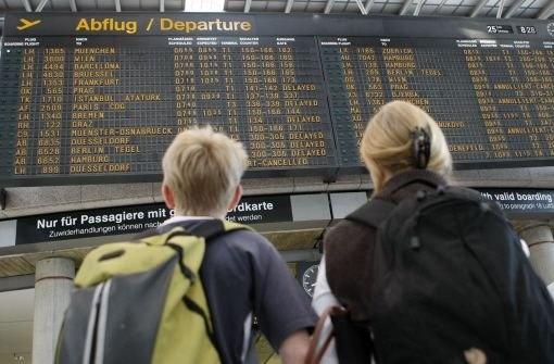 Anzeigetafeln sind nicht alles. Längst informiert der Flughafen Stuttgart seine Passagiere auch über Facebook und Twitter.Foto: AP #smcst
