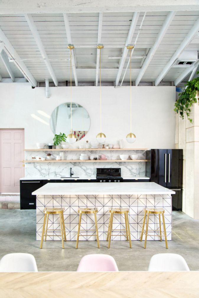 Light Lab, studio créatif Californien. Coin Cuisine original, noir blanc et rose. Ilot central avec tabouret or. / Light Lab, creative studio Californian. Kitchen corner original, black white and pink. central island with golden stool.