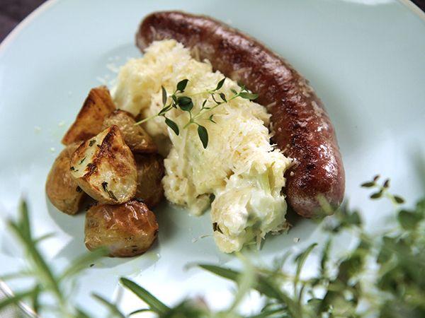 Stek din favoritkorv och servera med blomkålsstuvning med parmesan och ugnstekt potatis.