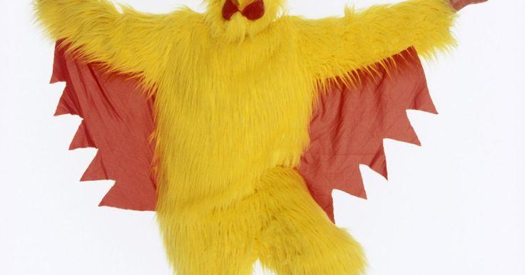 Como fazer uma fantasia de galinha para um adulto. Fazer uma fantasia de galinha para adultos é uma tarefa simples e que não requer uma grande quantidade de materiais especiais. Crie um traje com materiais comuns que são frequentemente encontrados em qualquer loja de artesanato. O uso desses materiais corretamente criará um traje de galinha convincente, com aparência profissional e em pé de ...