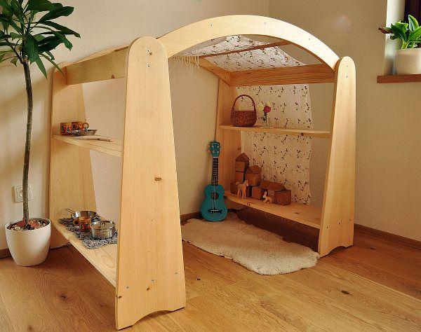 Waldorfský domeček Domeček inspirovaný waldorfskou pedagogikou, který nabízí mnohostranné využití. Svou jednoduchostí podporuje dětskou fantazii, a tak se při hře může stát obchodem, poštou, muzeem, tunelem, jeskyní nebo čímkoliv, v co jej budou chtít vaše děti proměnit. V kombinaci s šátky či kusy látek může nad domečkem vzniknout baldachýn, který vytvoří ...