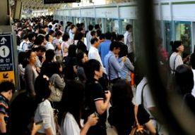 2-May-2014 10:20 - METROBOTSING SEOUL: 78 GEWONDEN. In de Zuid-Koreaanse hoofdstad Seoul zijn zeker 78 mensen gewond geraakt bij een botsing tussen twee metrotreinen. Volgens de hulpdiensten ter plekke is geen van de slachtoffers er ernstig aan toe. Ter hoogte van een metrostation botste een rijdende metrotrein op een defecte stilstaande trein. Een treinstel ontspoorde als gevolg van de botsing. De meeste gewonden vielen onder de passagiers die uit het treinstel op de rails sprongen om...