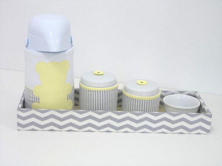 Indispensável item no enxoval do bebê junto ao trocador de cômoda, o kit auxilia a manter os produtos de higiene organizados e ao alcance das mãos, o que proporciona segurança e conforto na hora da troca de fraldas e do banho. <br> <br>O kit higiene é composto pelos seguintes itens: <br> <br>o 1 bandeja retangular em madeira MDF (15x45x5 cm) inteiramente forrada em tecidos de tricoline que poderão ser coordenados com o restante da decoração; <br> <br>o 2 potes de porcelana medindo…