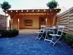 kleine achtertuin met mooie overkapping.  ontwerp Debby Rijvers - Ieljos  aanleg tuin door mijn tuin hoveniers  overkapping / veranda door boomhut nl