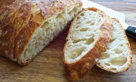 Jednoduchý chlebík pripravený raz-dva a a naviac výborne chutí… 600 g múky hladkej T 650 500 ml vody 40 g čerstvého droždia 1 čajová lyžička soli ½ lyžice cukru Na posypanie rasca,alebo rôzne semienka