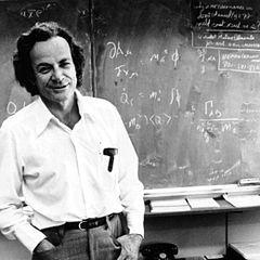 Richard Feynman (1918-1988) Fue un físico teórico estadounidense conocido por su trabajo en la formulación integral del camino de la mecánica cuántica, la teoría de la electrodinámica cuántica y la física de la superfluidez del superenfriamiento del helio líquido. Recibió el Premio Nobel de Física en 1965 por sus contribuciones al desarrollo de la electrodinámica cuántica, junto con Julian Schwinger y Sin'ichirō Tomonaga.