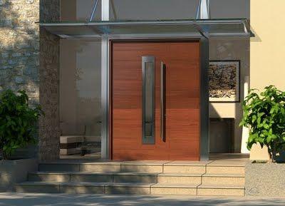 Puerta opaca de madera con una franja de cristal transparente