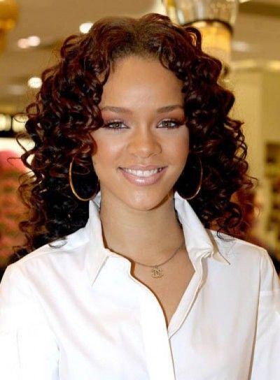 Taglio di Rihanna, con capelli lunghi e boccoli.