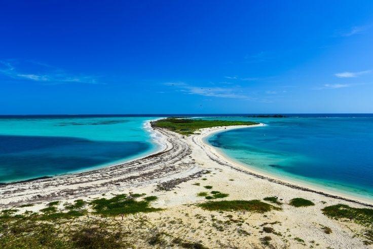 DRY TORTUGAS NATIONAL PARK (FLÓRIDA): O Dry Tortugas National Park está localizado a cerca de 113 quilômetros a oeste de Key West, na Flórida. Em suas sete ilhas, os turistas podem admirar algumas das praias mais paradisíacas dos Estados Unidos e, nas águas que as rodeiam, praticar snorkel e mergulho entre riquíssima vida marinha. O destino também abriga o Fort Jefferson, forte construído entre 1845 e 1876 e considerado uma obra-prima da arquitetura militar norte-americana do século 19
