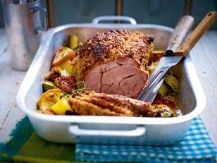 Das Rezept für Saftiger Schweinebraten mit Senfkruste und Porree-Apfel-Gemüse und weitere kostenlose Rezepte auf LECKER.de