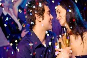 Di seluruh dunia tampaknya menganggap sampanye sbg minuman paling populer di malam tahun baru, tradisi ini sering dilakukan bersama-sama dg cara bersulang