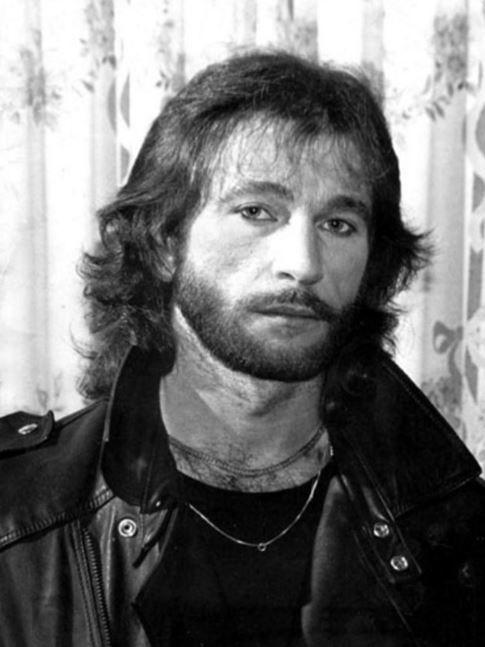 SOUND: http://www.ruspeach.com/en/news/9367/     4 ноября 1956 года родился Игорь Владимирович Тальков. Это советский рок-музыкант, певец, автор песен, поэт, киноактёр. Впервые стал известен широкой публике после выступления в 1987 году на фестивале «Песня года» с композицией «Чистые пруд