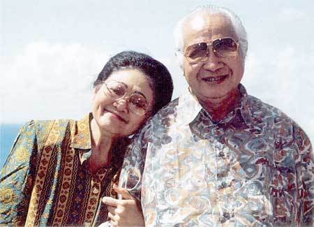 Former President of Republic Indonesia, Mr. Soeharto and his wife, Madam Tien Soeharto.  i don't adore Mr. Soeharto, but this picture is so lovable.