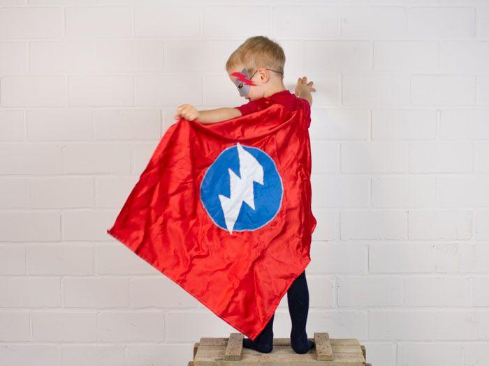 Superheld sein ist toll. Mit dieser Nähanleitung hast Du im Handumdrehen Dein eigenes Superhelden-Cape entworfen. Nastja von DIY Eule zeigt Dir wie es geht.