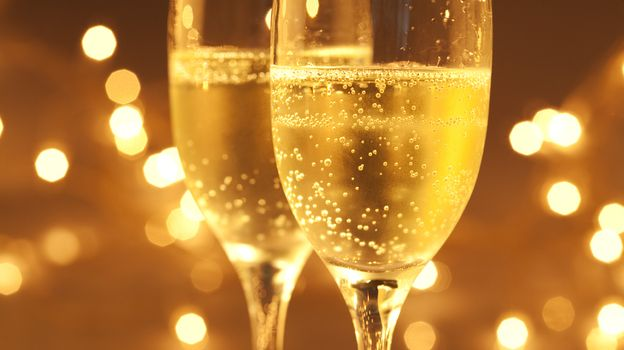 Cheap Bubbly Or Expensive Sparkling Wine? Look To The Bubbles For Clues by Alison Aubrey, npr: The bubbles in champagne tickle the tongue and transfer wonderful aromas to the nose but what else do they tell you? Listen to the story! #Champagne #Bubbles