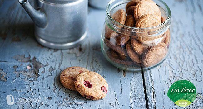I biscotti vegan ai frutti rossi con infuso ai mirtilli.