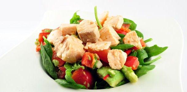 Deze salade van zalm op een bedje van spinazie is een heerlijke lauwwarme salade. De smaken spreken compleet voor zichzelf. Geen overdreven dressing, alleen het sap van een limoen en een beetje peper en zout.
