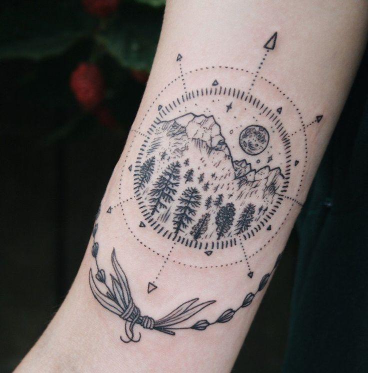 tatouage rose des vents avec paysage nordique à l'intérieur
