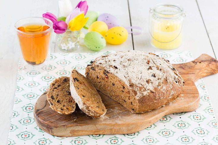 Bak zelf in eigen oven dit mooie Tomaat-Olijvenbrood van volkoren tarwemeel en zonnebloempitten. Ook geschikt voor de broodbakmachine.