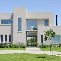 FACHADA: Casas de estilo moderno por Parrado Arquitectura