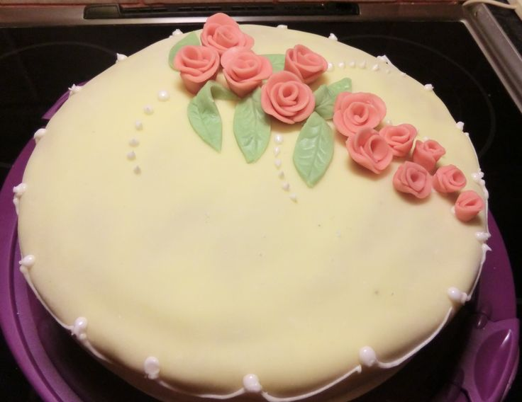 stor marsipankake med rosa roser
