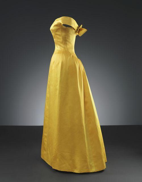 #Balenciaga Vestido en satén amarillo de 1962. Recuerda a los majestuosos vestidos de noche diseñados por grandes modistos como Worth en el siglo XIX.