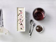 Eis ist ideal für Gäste, denn man kann es bis zu 2 Tage vorher zubereiten. So wie dieses Himbeerparfait