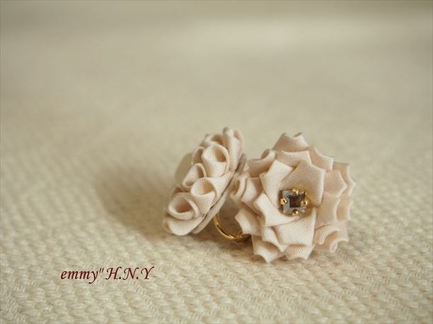 tsumamiローズイヤリング 綿サテンホワイト
