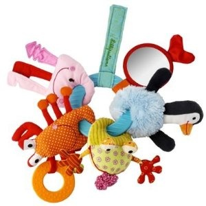 This bunch of keys consists of a teething ring and five water friends: Anouk the penguin, Romeo the toad, Oscar the crab, an octopus and a fish. Each of these characters is made in a different kind of material; they provide a bunch of activities and exciting noises.