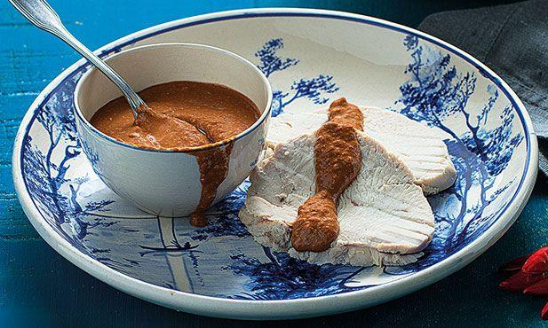 Prepare-se para uma combinação inesperada! Peito de peru com molho picante de chocolate, é uma fusão repleta de sabor. Sabores exóticos para saborear!