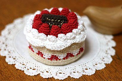 クロッシェ・パティシエのケーキ小箱の作り方 編み物 編み物・手芸・ソーイング アトリエ 手芸レシピ16,000件!みんなで作る手芸やハンドメイド作品、雑貨の作り方ポータル