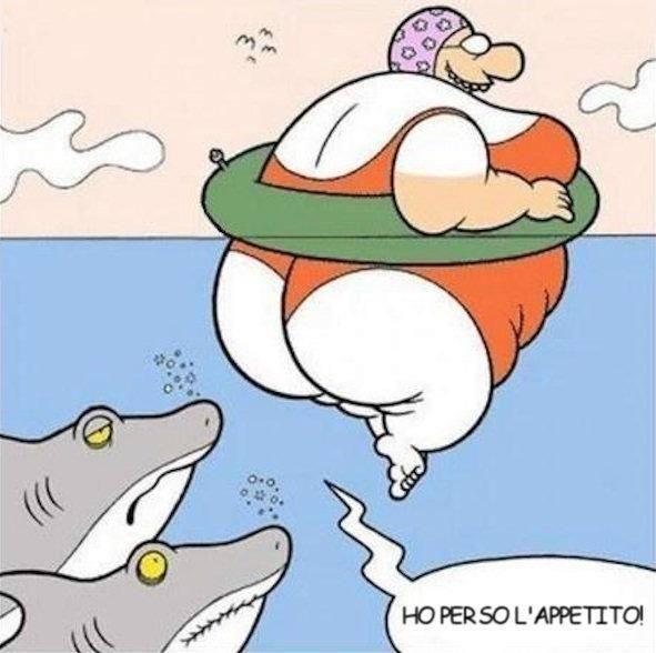Grossa signora che fa il bagno con tre squali nelle vicinanze
