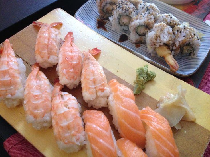Cucina Giapponese - Nigiri con gamberi, nigiri con salmone e uramaki