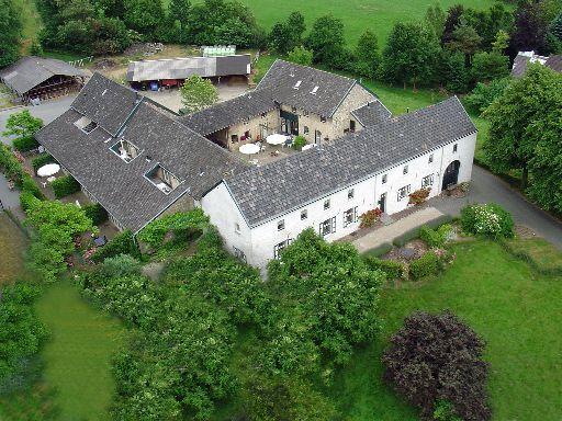 Gillishof is een typische Limburgse vierkantshoeve, met super gezellige binnenplaats, gebouwd uit plaatselijk gedolven kalkbreuksteen. Na eeuwenlang als boerderij te hebben gefungeerd is Gillishof vanaf 1970 langzaam getransformeerd naar een vakantiehoeve. #origineelovernachten #officieelorigineel #reizen #origineel #overnachten #slapen #vakantie #opreis #travel #uniek #bijzonder #slapen #hotel #bedandbreakfast #hostel #camping
