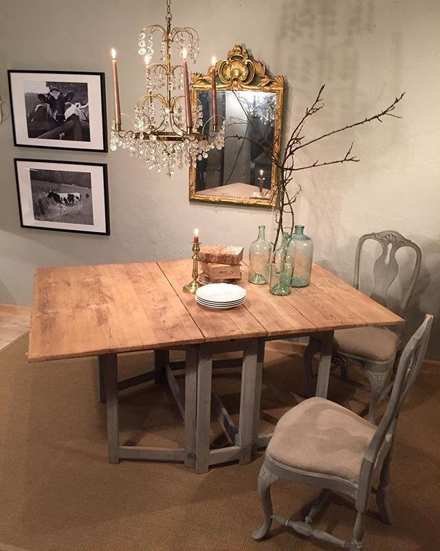 Gorgeous 19th Century pinetop swedish 19th Century dropleaf table @horschinteriors @decorative_collective #swedishantiques #slagbord #gustavian #moderncountry #gustaviansk #paintedfurniture #patina #useyourdiningtable #chalky #decoratorsource