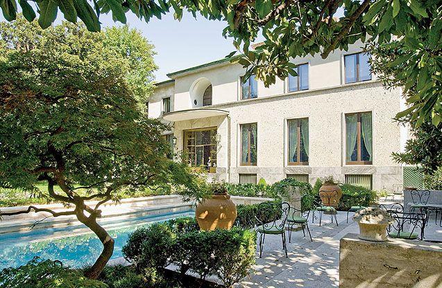 Dom w Mediolanie mediolański architekt Piero Portaluppi. Tworzył budynki przemysłowe, według jego pomysłu odbudowano po wojnie jedną z najsłynniejszych galerii obrazów z kolekcją malarstwa włoskiego – Pinakotekę Brera, zaprojektował także domy dla rodziny Buonarroti-Carpaccio-Giotto. #dom #Mediolan #willa #rezydencja #luxury #house #projects #mediolan #italian #europe #waterpool #best