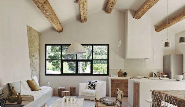 Cette maison de famille dans le sud de la France multiplie les qualités : volumes épurés, blancheur extrême et nouvelles perspectives. L'architecte d'intérieur Marie-Laure Helmkampf nous livre l'aura de cette belle maison où sérénité et lumière sont les maîtres-mots. Découvrez l'habile rénovation de ce mas provençal.