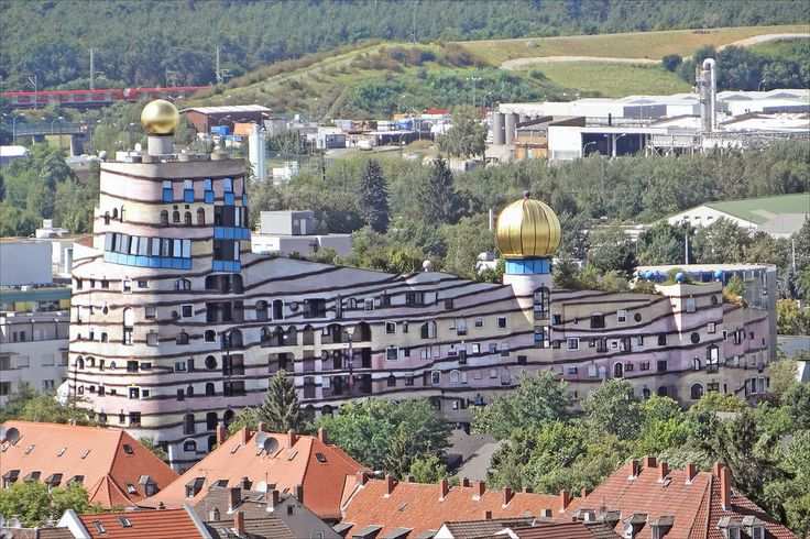 https://flic.kr/p/d7VKsU | L'immeuble Waldspirale (Darmstadt) |  Vue d'ensemble de l'immeuble d'habitation appelé Waldspirale conçu par l'architecte et artiste autrichien Hundertwasser, l'immeuble a été terminé en 2000  Article de Wikipedia sur l'immeuble Waldspirale fr.wikipedia.org/wiki/Waldspirale               Article sur Hundertwasser fr.wikipedia.org/wiki/Friedensreich_Hundertwasser                   Voir aussi un bâtiment du même artiste à Vienne (photo dalbera)…