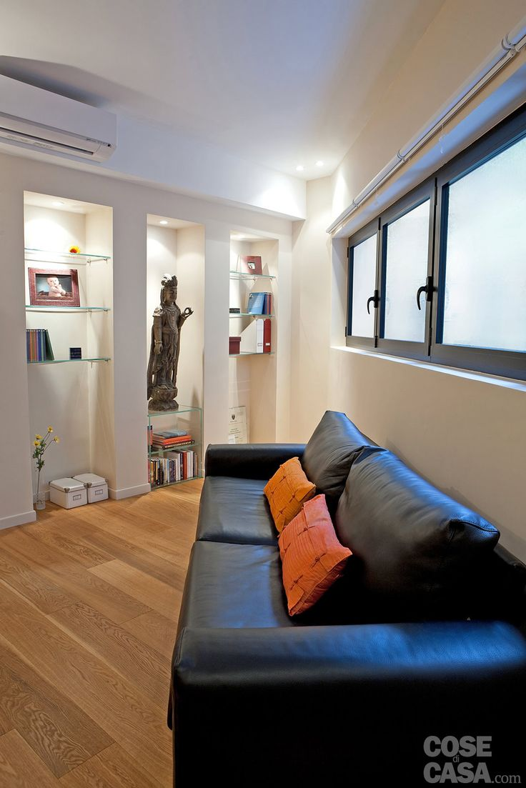 Il monolocale di 37 mq è organizzato come un unico spazio aperto, suddiviso in più zone, con realizzazioni su misura e una quinta che scherma il letto. Così la ristrutturazione ha trasformato il piccolo appartamento, migliorandone la vivibilità.