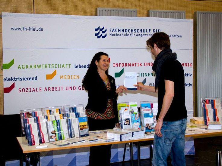 Welche Studiengänge bietet die FH Kiel an? Was wird in ihnen gelehrt und wie sehen später die Chancen auf dem Arbeitsmarkt aus? Wenn Ihr bei uns studiert oder studiert habt, wisst Ihr Bescheid. Aber vielleicht habt Ihr Geschwister, Nichten, Neffen oder kennt sonst wen, der oder die studieren möchte. Erzählt ihnen von FIT, den FachhochschulInfoTagen am 3. und 4. November 2014. Mehr Infos unter http://www.fh-kiel.de/fit