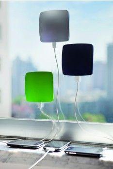 Un modo intelligente per risparmiare energia senza rinunciare alla tecnologia.  I pannelli solari da finestra catturano l'energia del sole e ricaricano cellulari e altri dispositivi elettronici.