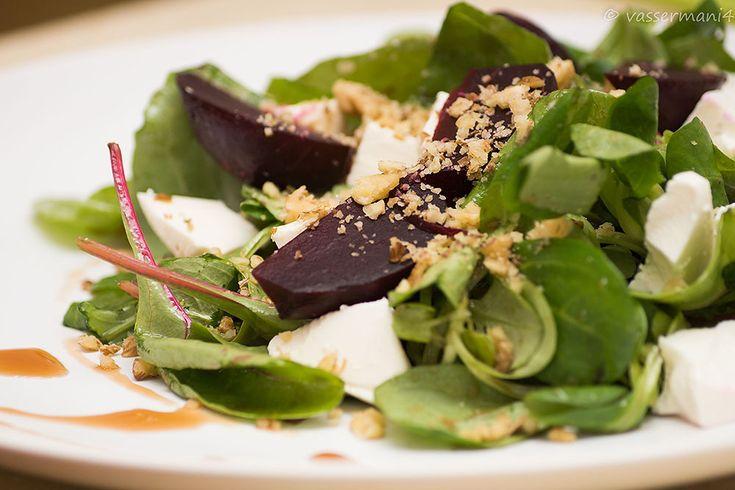 Рецепт Салат с печеной фетой и грецкими орехами
